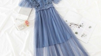 Modne ideje: haljine, kombinezoni i odijela za krizmu